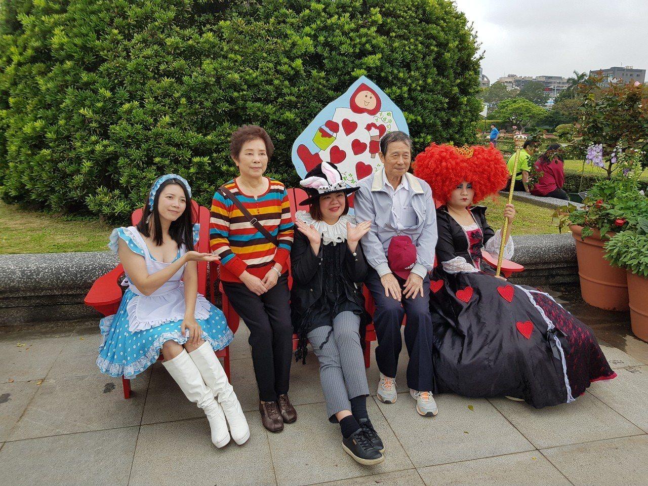 北市新生公園「台北玫瑰園」玫瑰展今天正式開幕,將展至4月8日,今年以愛麗絲夢遊仙...