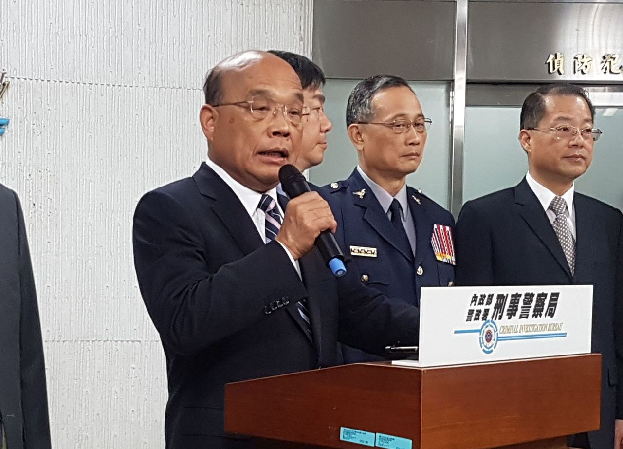 高雄市長韓國瑜稱「台獨比梅毒可怕」,行政院長蘇貞昌在刑事局受訪回擊「不倫不類」。...