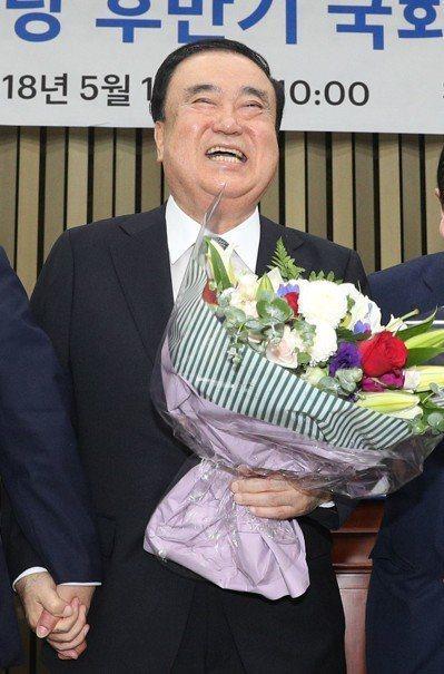 南韓國會議長文喜相聲稱明仁天皇是二戰戰爭主犯的兒子,並要求日皇向南韓慰安婦謝罪,...