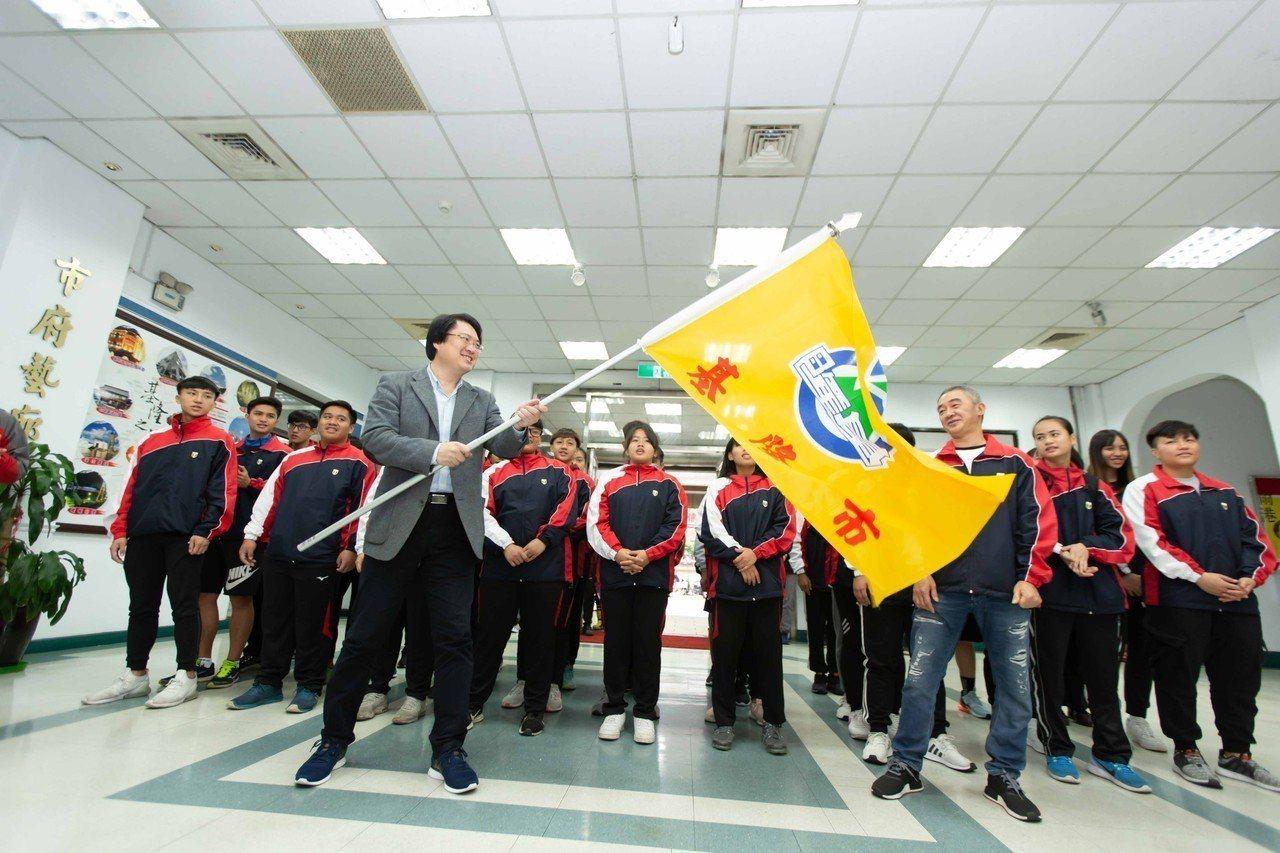 全國原住民族運動會明登場,林右昌授旗給基隆市代表隊祝旗開得勝。圖/基隆市政府提供