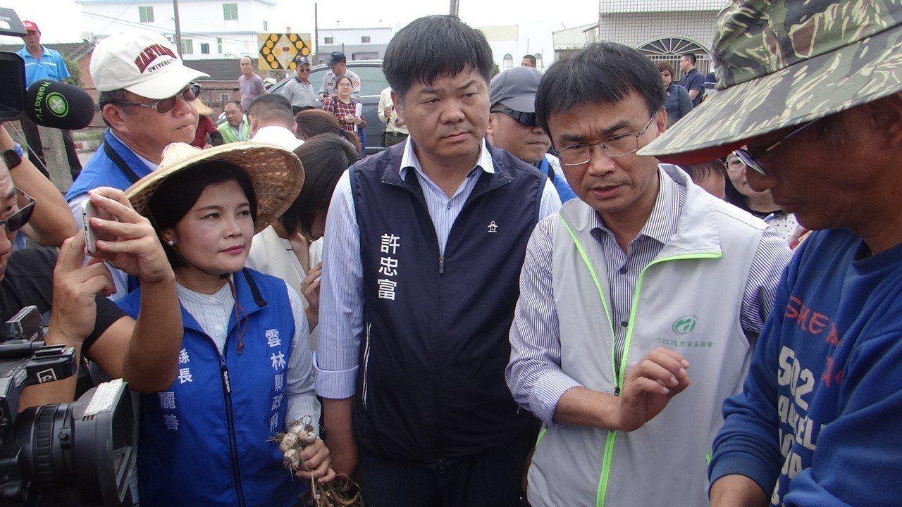 農委會主委陳吉仲(右二)今午到雲林了解蒜頭受災情況並向農民說明政府的對策。記者蔡...