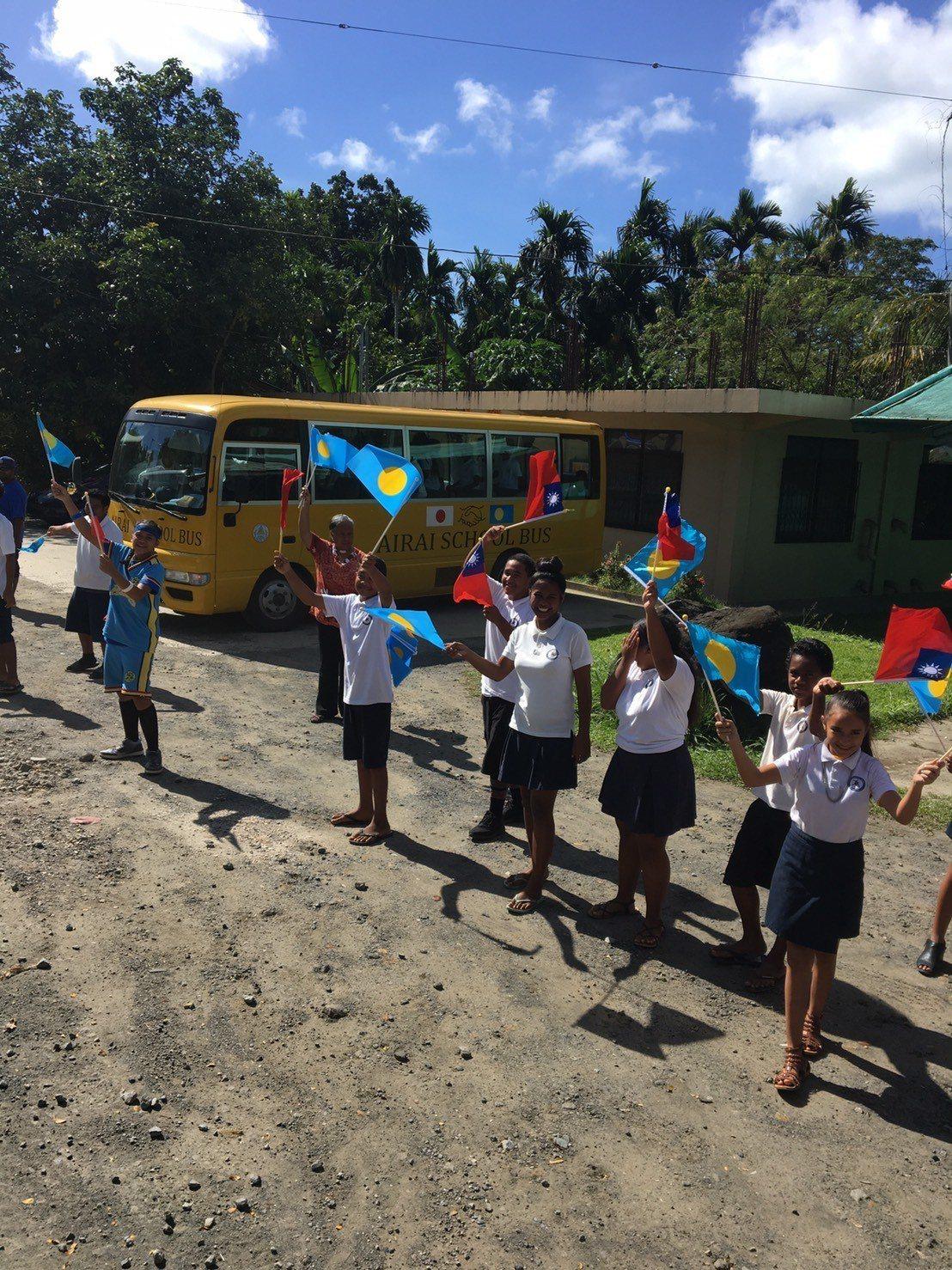 蔡總統到訪帛琉,當地民眾手持兩國國旗熱情歡迎。記者周佑政/攝影