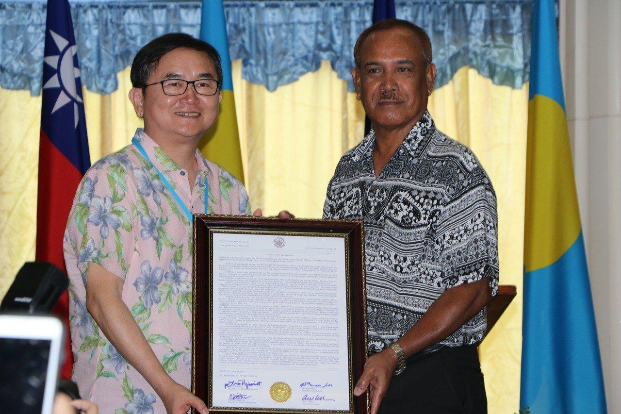 民進黨立委劉櫂豪代表台灣接受帛琉國會有我決議案