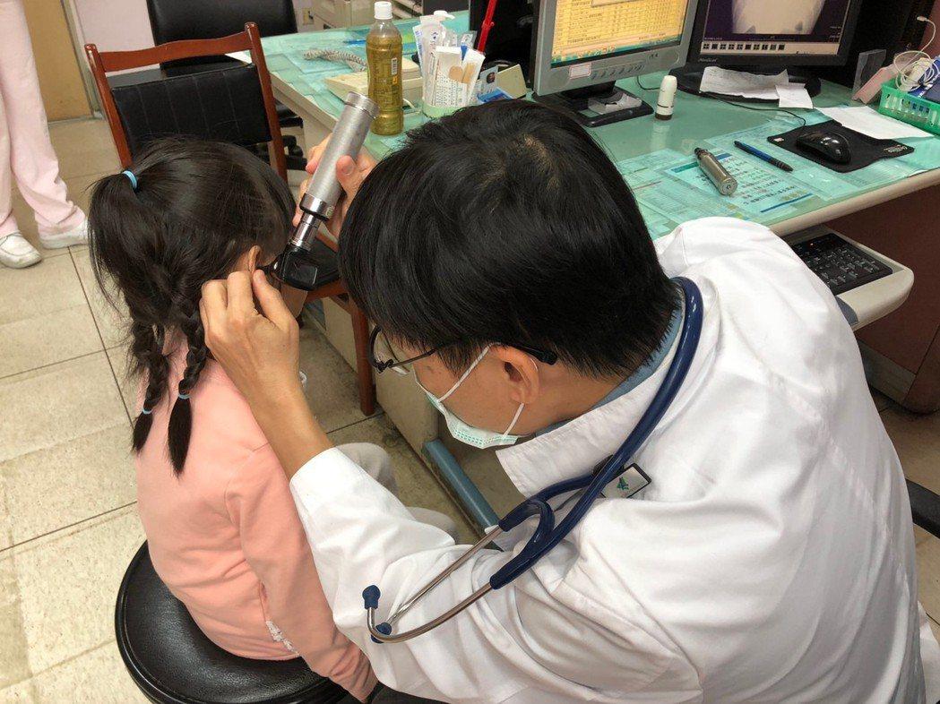 醫生指親吻病毒常存在口腔、鼻腔附近,甚至在口水裡面,藉由與孩子共用餐具,分享食物...