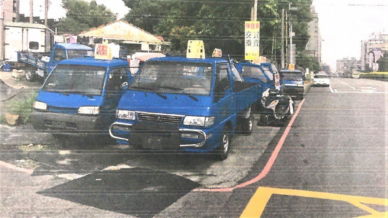 這輛小貨車停放在永康區中華路與南台街交會處的排水溝上,警方認汽車未領用有效牌照在...