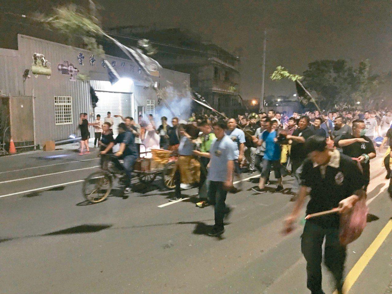 雲林縣崙背鄉草湖村今晚8時將有一場「送肉粽」儀式,許多網友在臉書社團提醒民眾迴避...