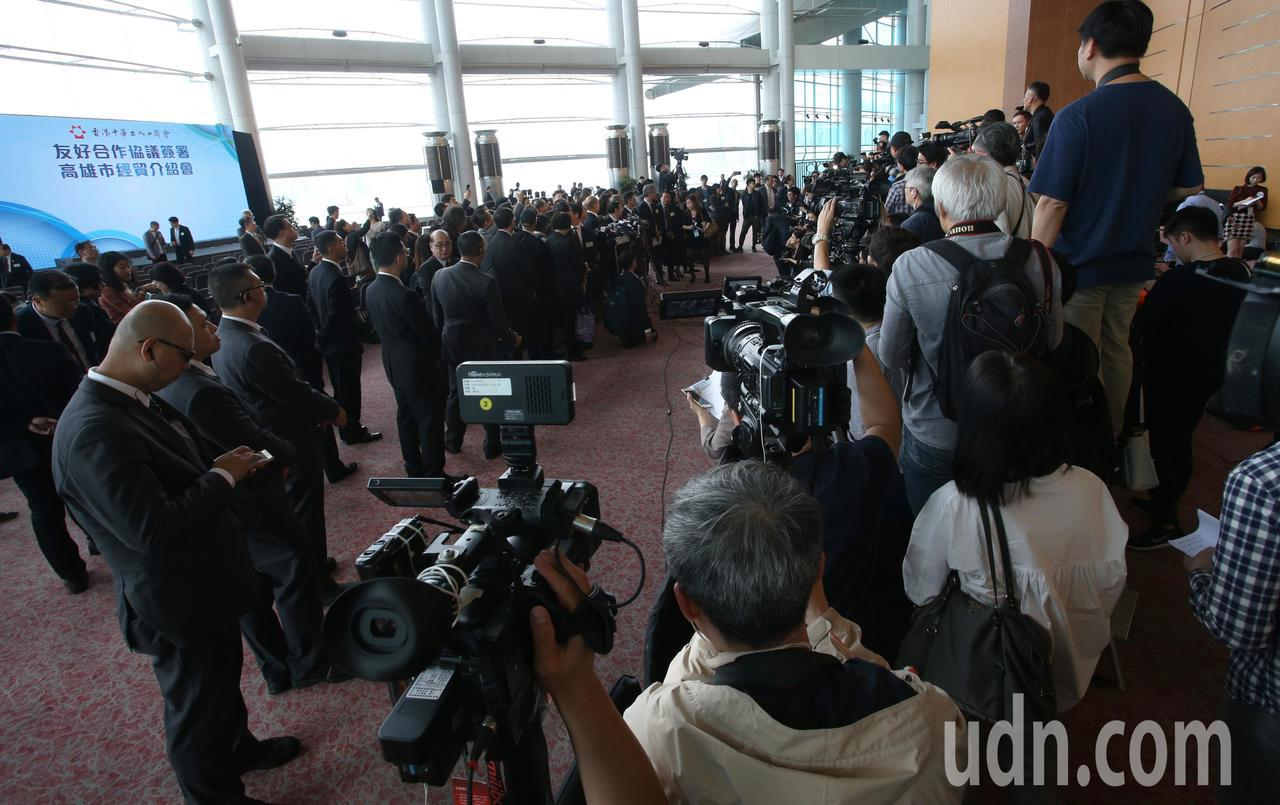 高雄市長韓國瑜出訪香港,下午舉行農產品推介會暨簽約儀式,現場吸引上百家媒體採訪。...