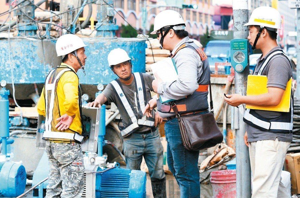 勞動部今年度的勞動條件專案檢查,檢查家數一口氣從1800家提升到8000家,鎖定...