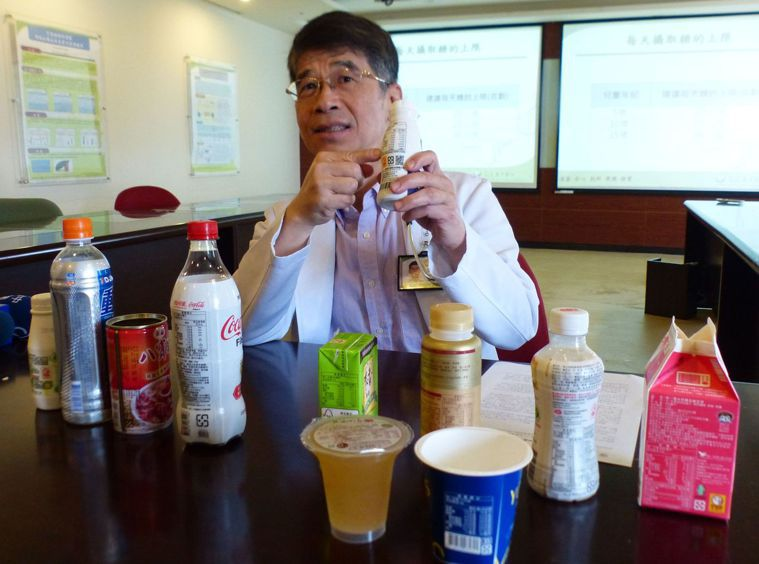 醫師陳敏恭建議家長,為孩子選擇市售飲料時注意含糖量,建議每百cc含糖量若超過5公...
