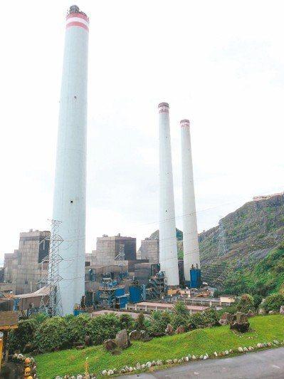 基隆市議會市政考察今天上午到台電協和發電廠了解空氣汙染控制及轉型天然氣廠規畫。圖...