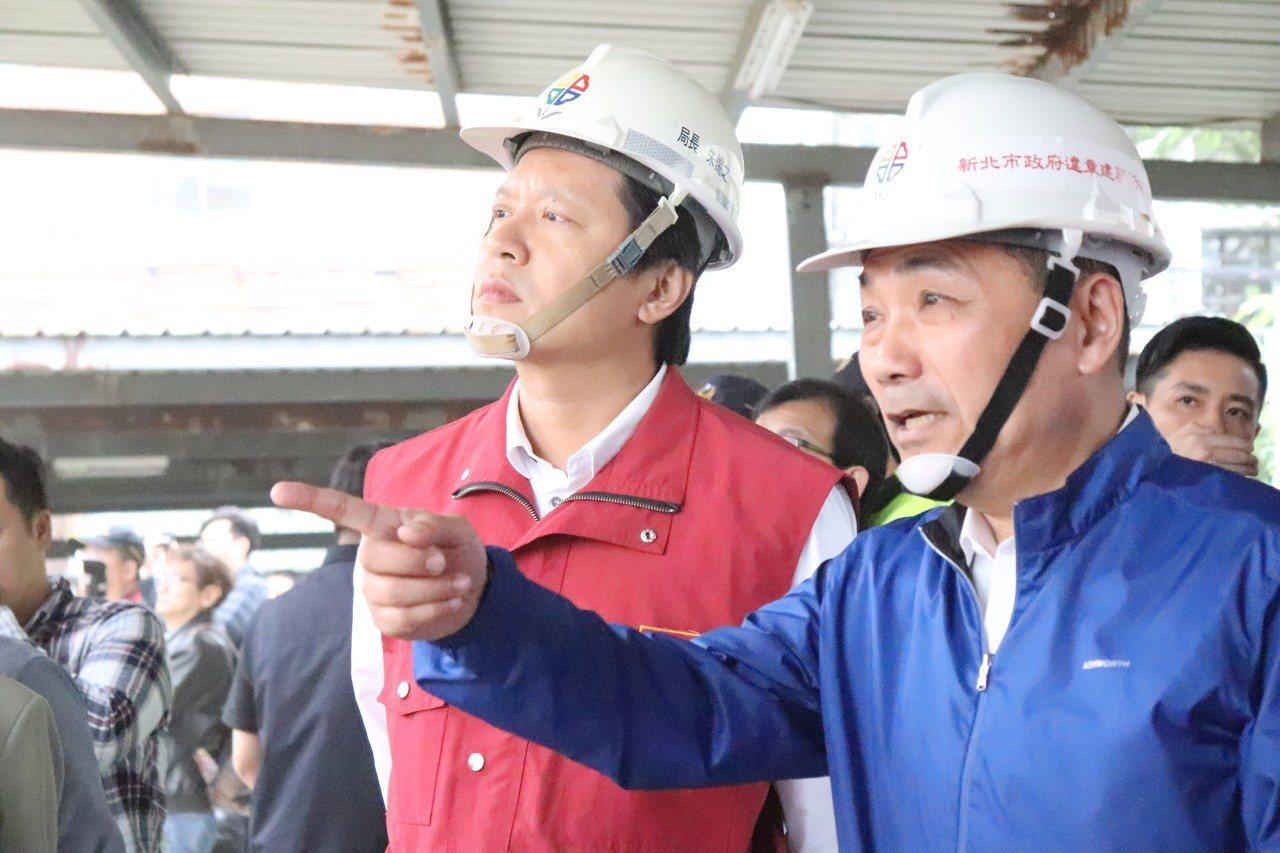 侯友宜(右)和新北市工務局局長朱惕之(左)一同視察拆除作業。記者胡瑞玲/攝影