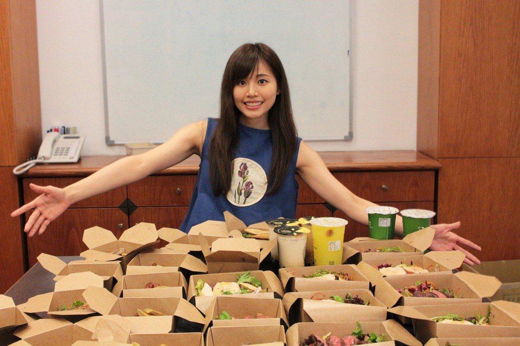 吳汶芳生日和同事在公司聚餐慶祝。圖/福茂唱片提供