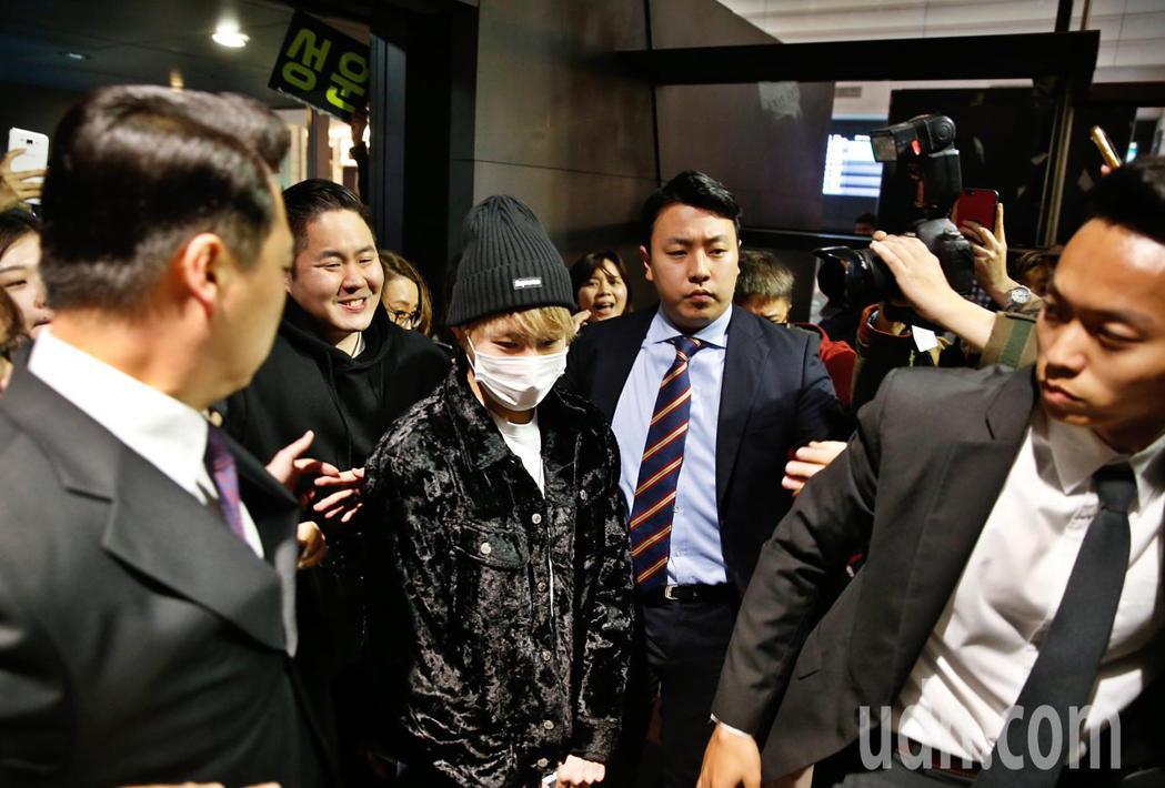 韓星河成雲晚上抵台,約有超過60位粉絲在桃園機場接機,粉絲們推擠得太熱情,保鏢們...