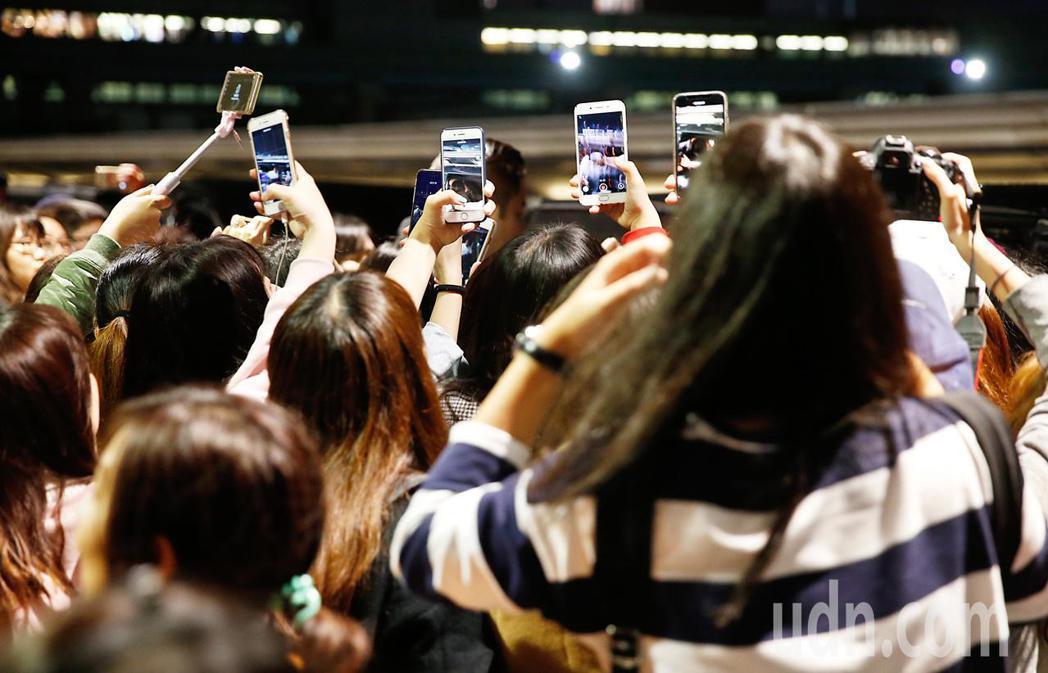 韓星河成雲晚上抵台,約有超過60位粉絲在桃園機場接機。記者鄭超文/攝影