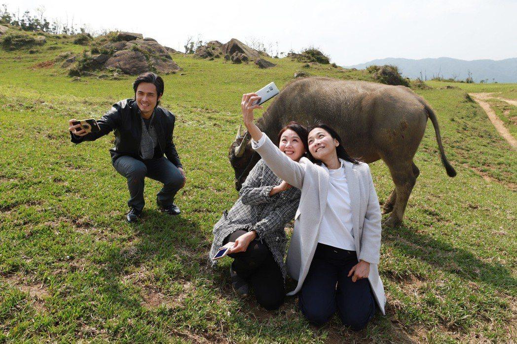 江祖平(右)、陳妍安、Gino出外景當郊遊。圖/民視提供