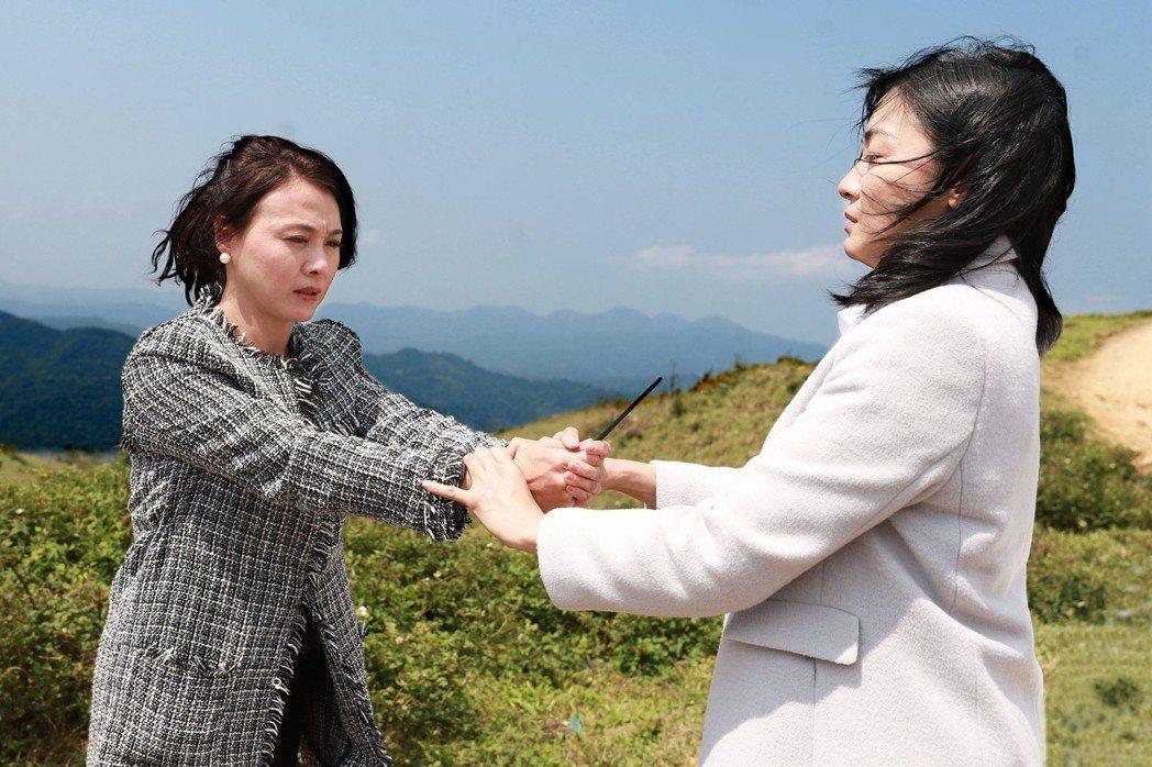 江祖平(右)、陳妍安出外景。圖/民視提供