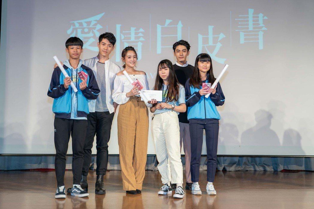 宋柏緯(右起)、王淨、吳岳擎前進校園為戲宣傳。圖/東森提供