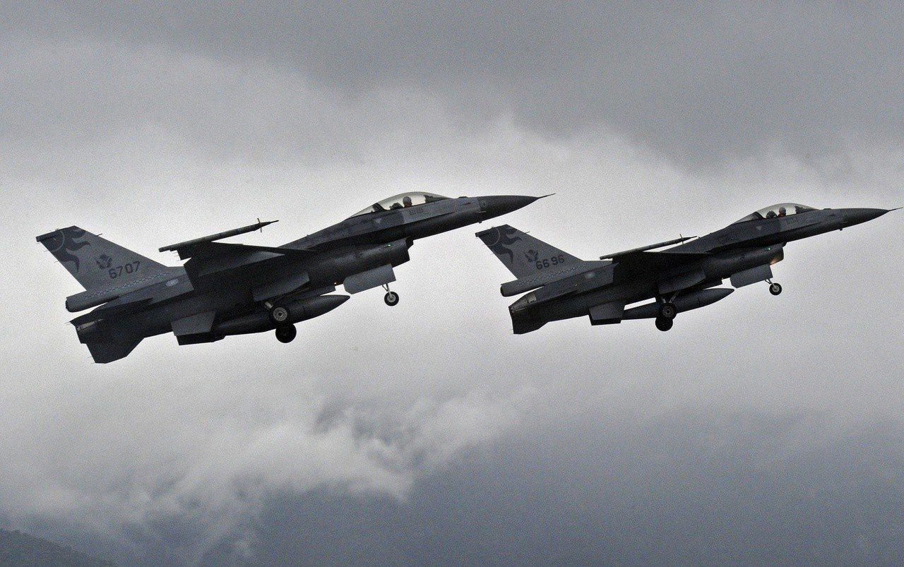 傳川普政府默許台灣購買60多架F-16戰鬥機的要求。(彭博資訊)
