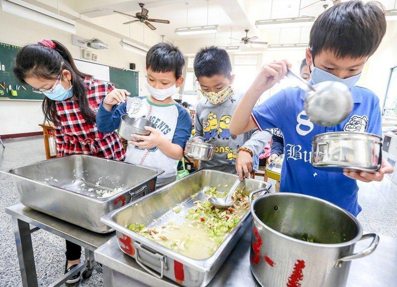 教育部5月將提出學校午餐專法草案,訂定具前瞻性的學校午餐專法,解決午餐面臨問題。本報資料照片