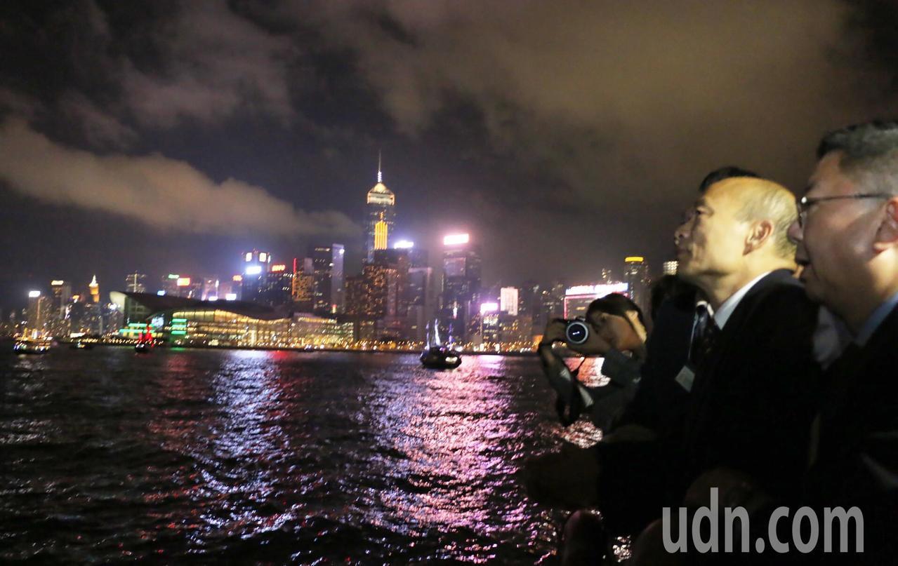 高雄市長韓國瑜帶著市府團隊特地租船前往著名的維多利亞港觀賞夜景,美麗的香江景色讓...