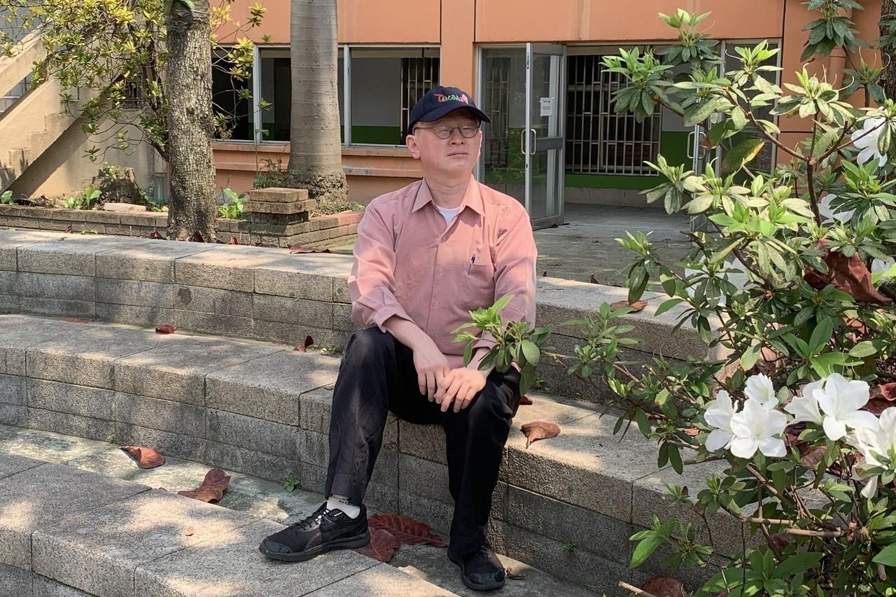48歲的溫鍇丞,現職公務員,半路出家念法律,白化症的他視力只有0.1,必須用放大...