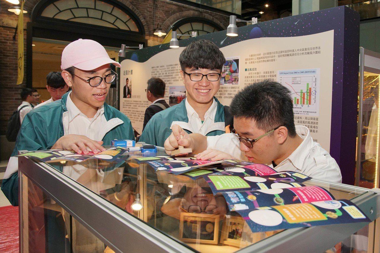 由科技部指導、中山大學主辦的「有你真好!台灣科學家群像展」即日起到24日在國立台...