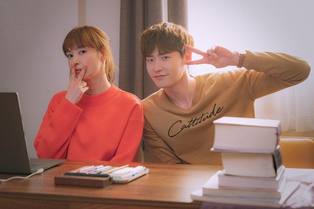 李鍾碩和李奈映談了一段甜蜜姊弟戀。圖/Netflix提供