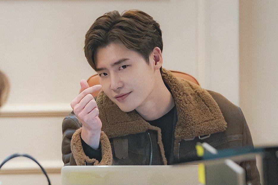 李鍾碩在劇中俏皮又帥氣的模樣魅力十足。圖/Netflix提供