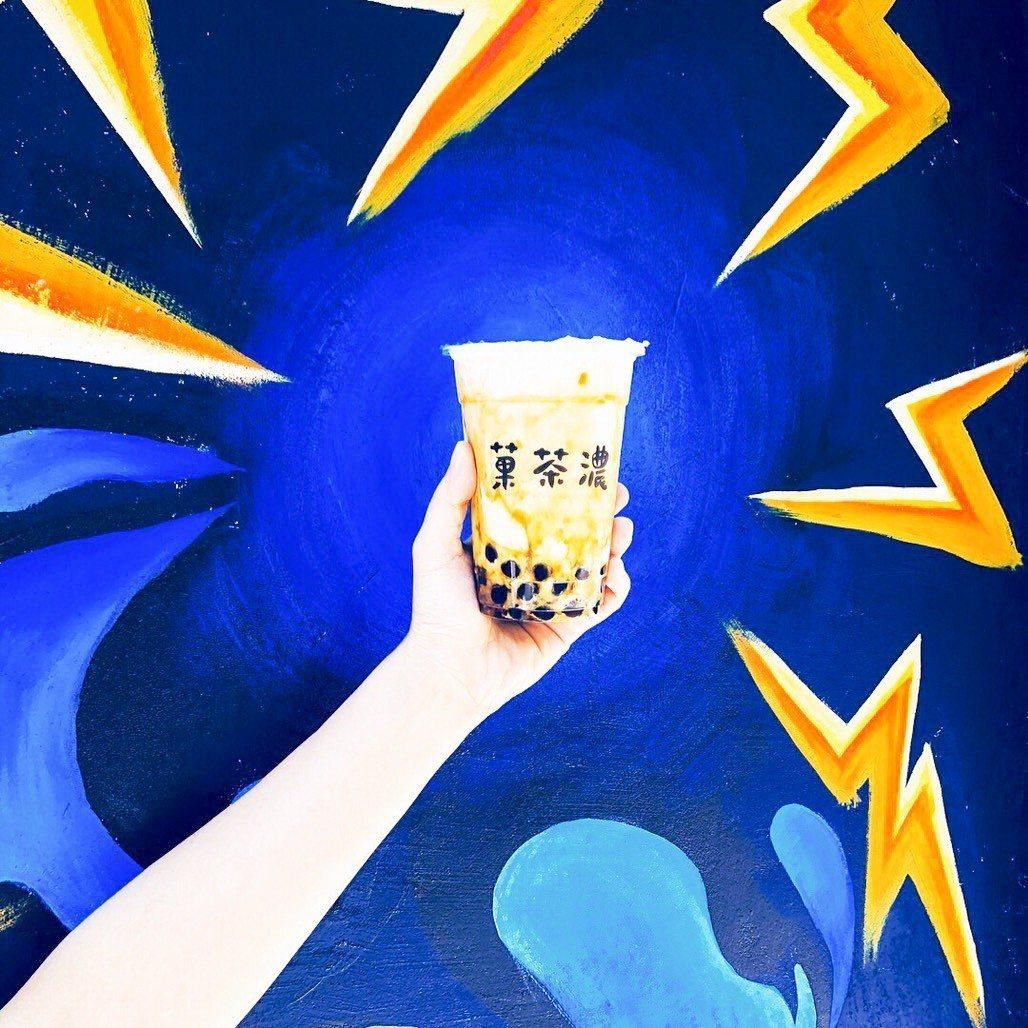 「菓茶濃」店內招牌飲品「黑焦珍珠鮮奶」喝起來帶點咖啡苦香,讓有些顧客喝了忍不住再...