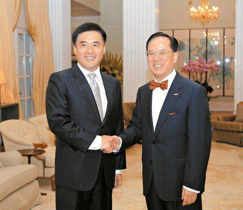 2009年6月26日台北市長郝龍斌訪問香港,港府特首曾蔭權(右)在禮賓府會見郝。...