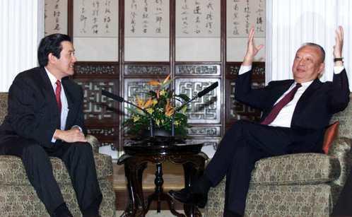 2001年台北市長的馬英九(左)訪港,會見港府特首董建華,並邀請董建華訪問台北。...
