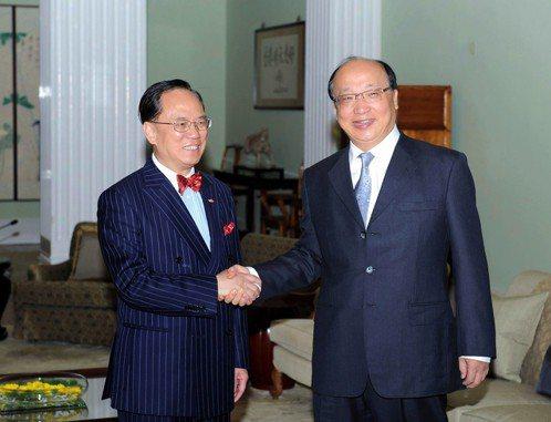 2009年4月,港府特首曾蔭權(左)在禮賓府與台中市市長胡志強會面。 (新華社)