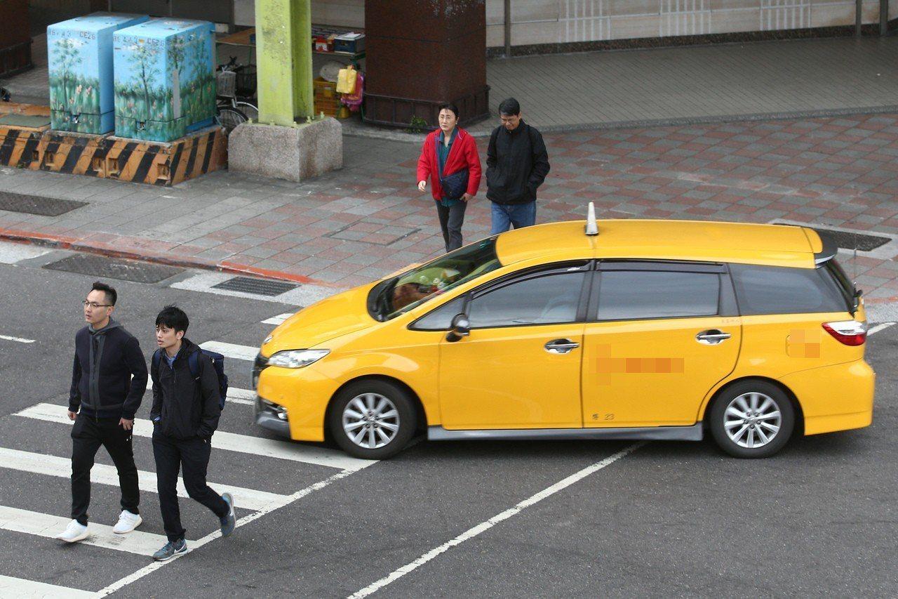 汽車不禮讓斑馬線上的行人,在台灣十分常見。 記者蘇健忠/攝影