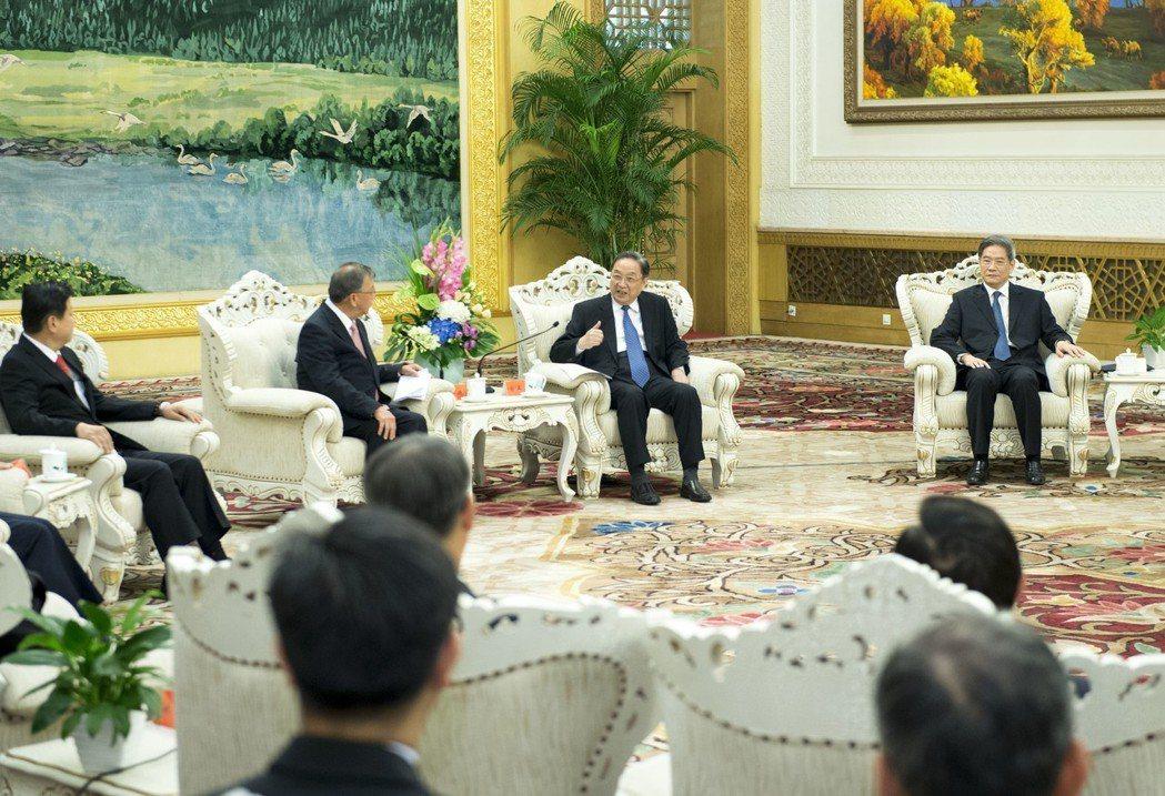 2016年9月18日,中共中央政治局常委、全國政協主席俞正聲在北京人民大會堂會見...