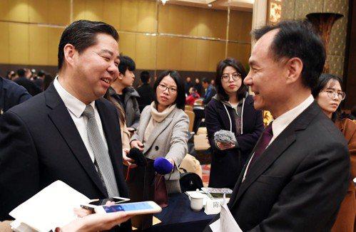 出席榕馬磋商會的福州市副市長杭東(左)與連江縣縣長劉增應(右)交流。 (中新社)