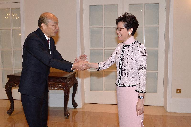 高雄市長韓國瑜(左)昨出訪港澳、大陸拚經濟。首站到香港即拜會香港特首林鄭月娥(右...