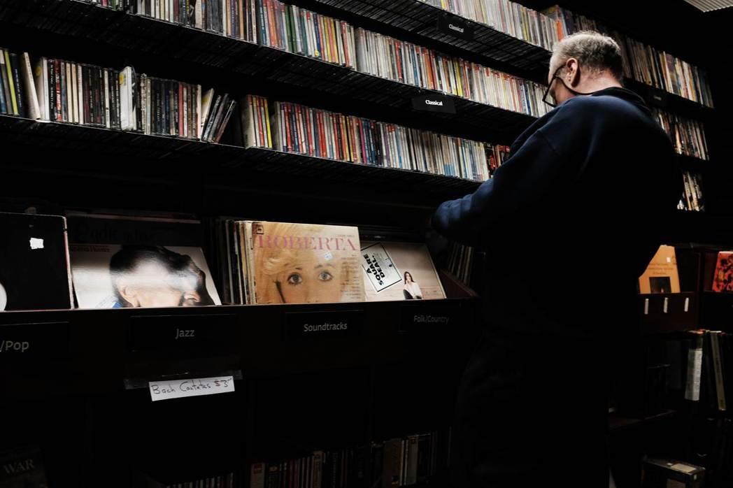 美國唱片業協會揭露在2018年,購買CD和黑膠唱片的人較在網路上下載音樂的人還多...