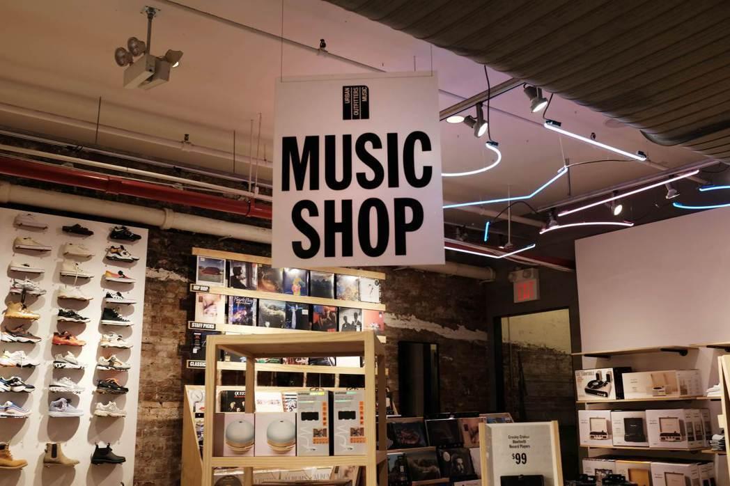美國唱片業協會揭露在2018年,網路上下載音樂的購買率下跌了30%。 (法新社)