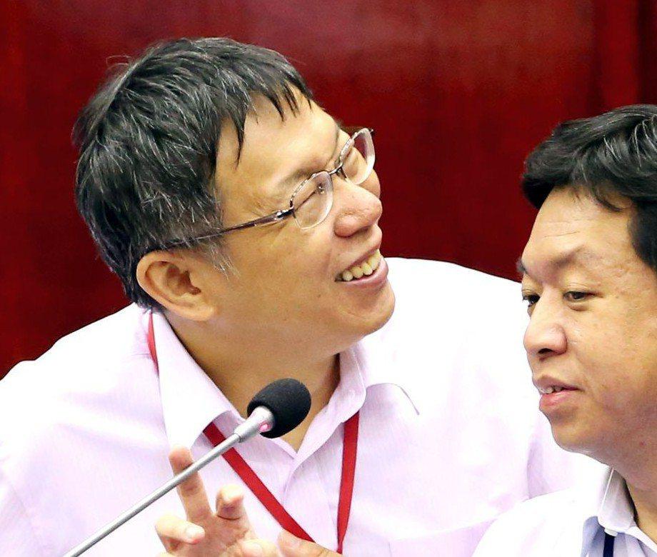 2015年6月市政總質詢,柯文哲(左)被議員逼問他是否願意參加十月同志大遊行,柯...