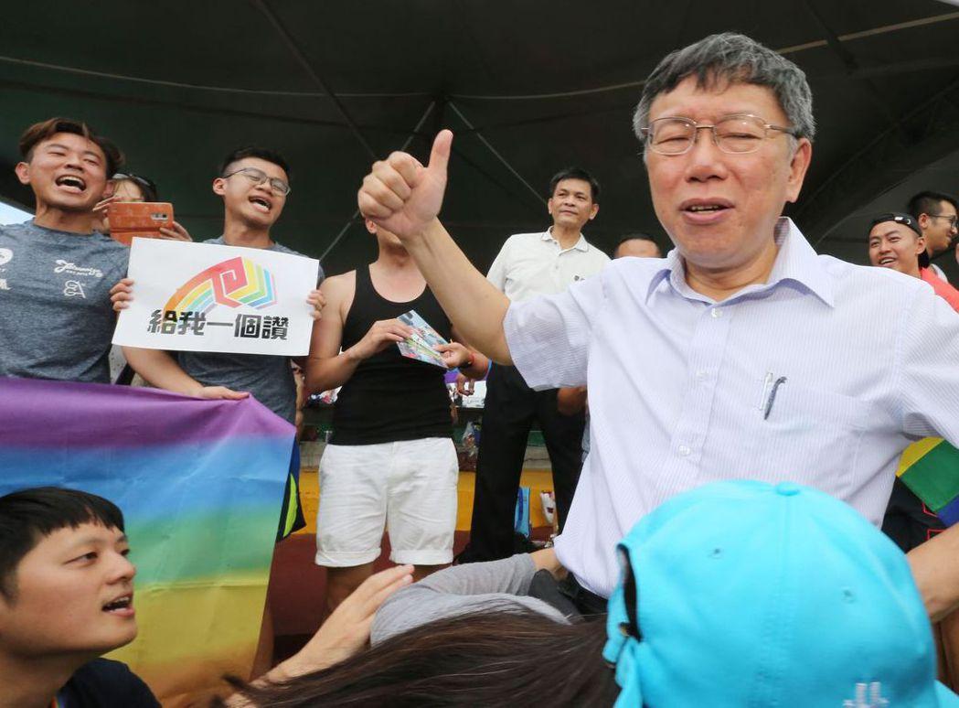 2016年6月,柯文哲(右)前往大佳河濱公園探訪龍舟賽選手,並為同志龍舟手比「讚...
