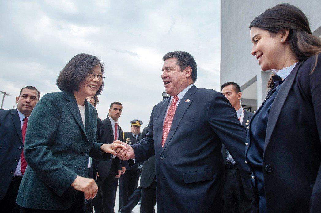 蔡英文總統(左二)「同慶之旅」出訪友邦巴拉圭。圖/總統府提供