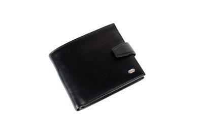雲林王小姐到精品專櫃買皮夾,沒想到裡面竟然裝有陌生人的健保卡和金融卡,讓她在生日...