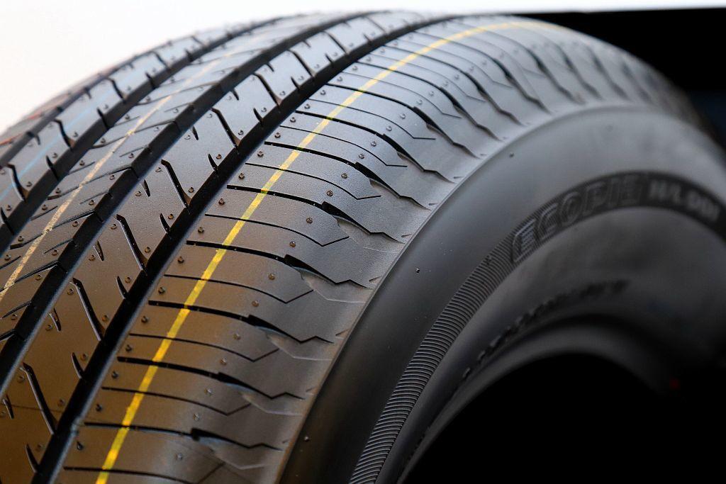 普利司通ECOPIA H/L001胎邊倒角新設計,使輪胎能在溼滑路面急煞時發揮最佳排水效能,進而縮短12%的煞車距離(與ECOPIA EP850對照)。 記者張振群/攝影