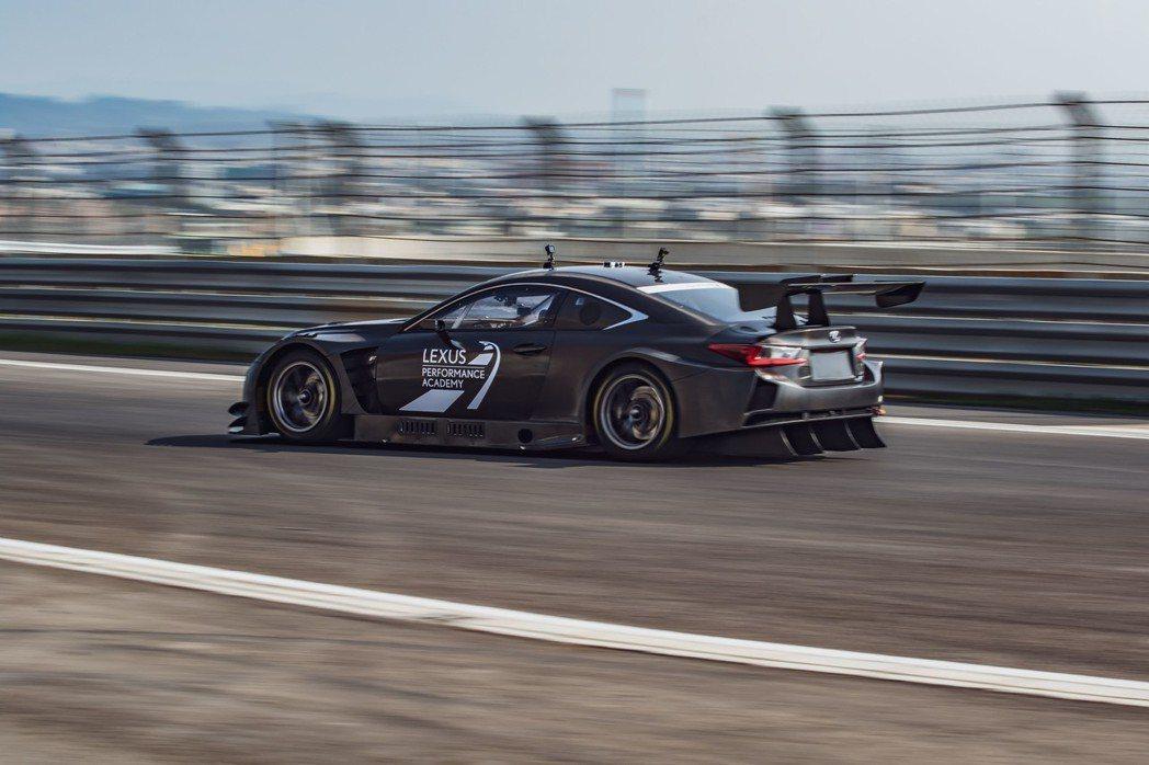 貴賓親身體驗冠軍車手Hiroki Yoshimoto駕駛原廠賽車RC F GT3。 圖/和泰汽車提供
