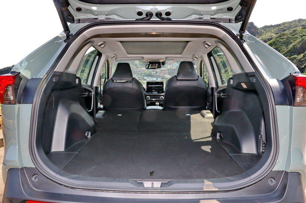 後車廂空間在後座椅前傾後,提供又大又平整的載物機能。 記者陳威任/攝影