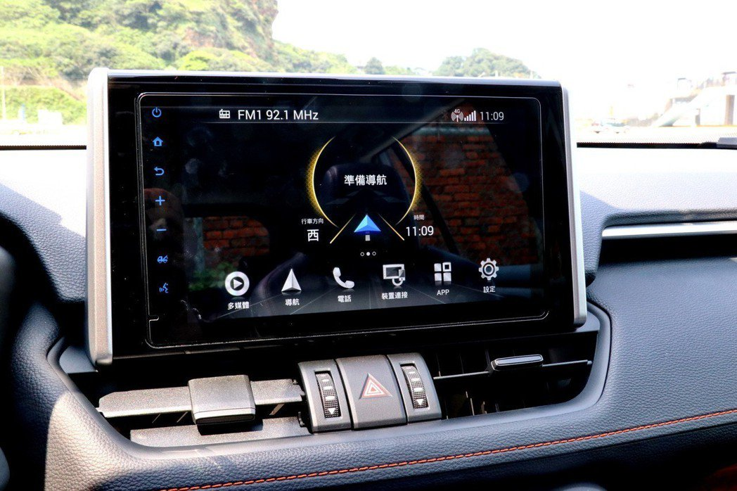 中控台的9吋螢幕搭載全新的「TOYOTA Drive+ Connect」智聯車載...