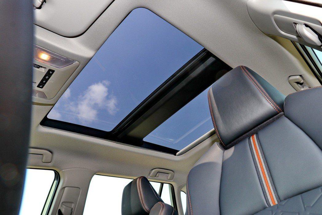 4WD車型配備全景天窗。 記者陳威任/攝影