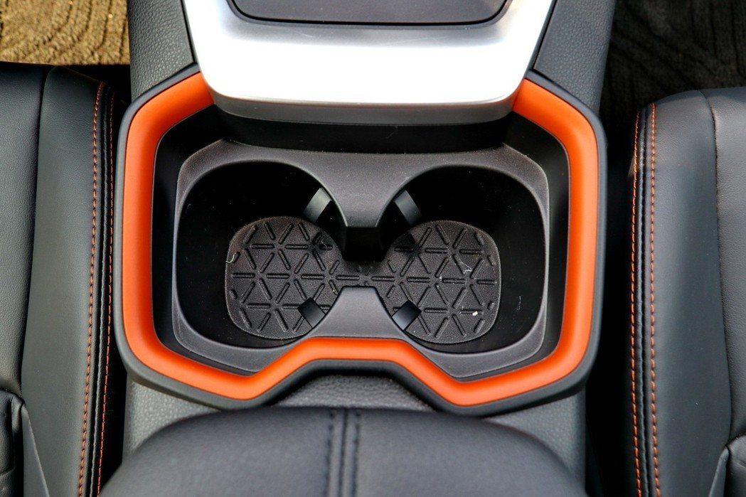 車內不少地方都運用了橘色元素。 記者陳威任/攝影