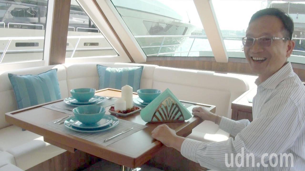 嘉信遊艇總經理龔俊豪笑稱,船艇上的餐桌,還可以變身麻將桌。記者王昭月/攝影