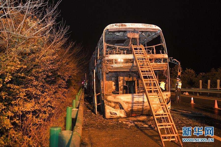湖南高速公路一輛遊覽車22日晚間突然起火,導致26人不幸死亡,28人受傷。(取自...